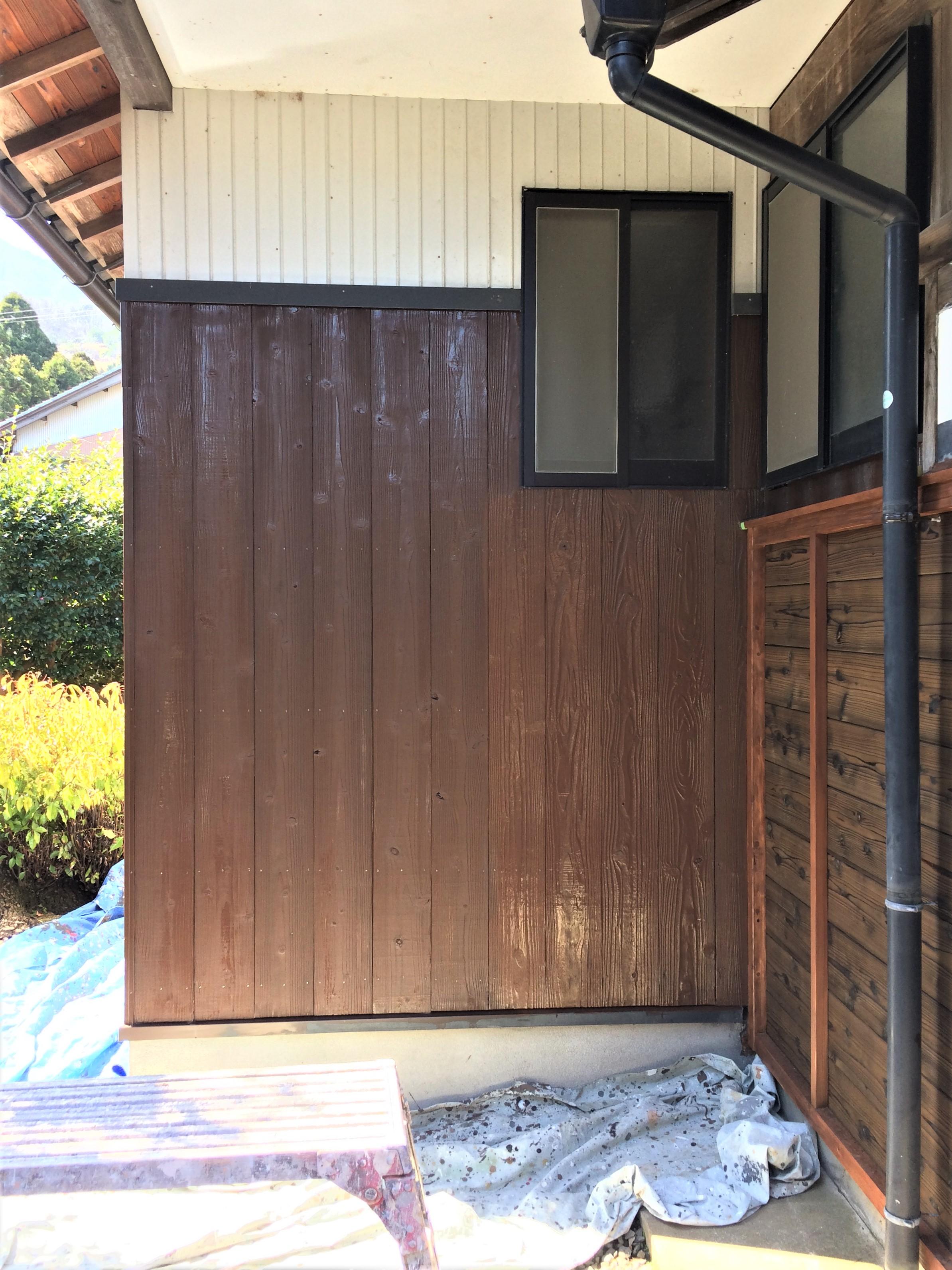 工事中 向かって左側が下塗り後、右側下塗り前