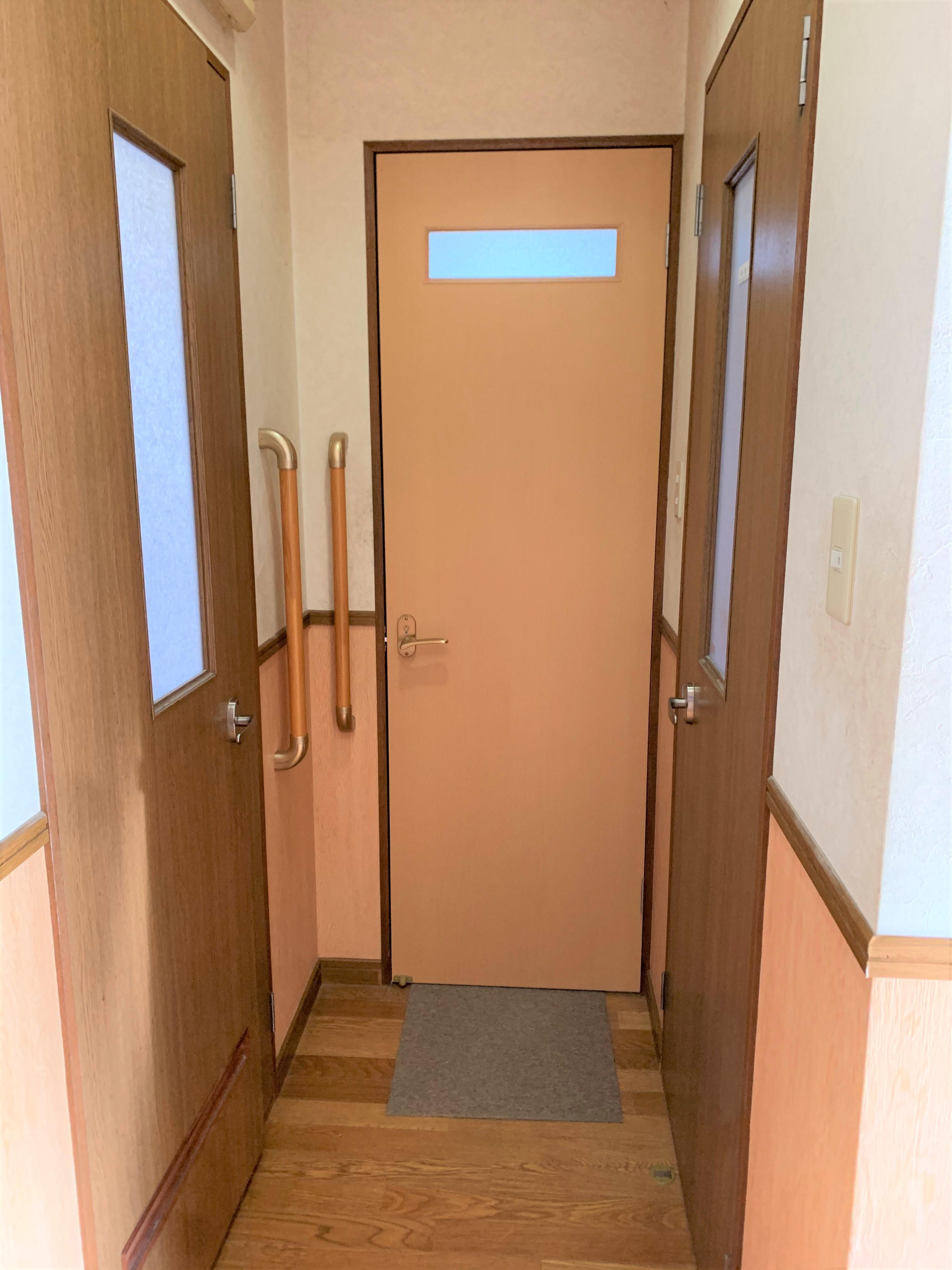 大きくなった開口に、合わせて作った扉。バランスを崩さないよう、入り口壁に手すりを取付