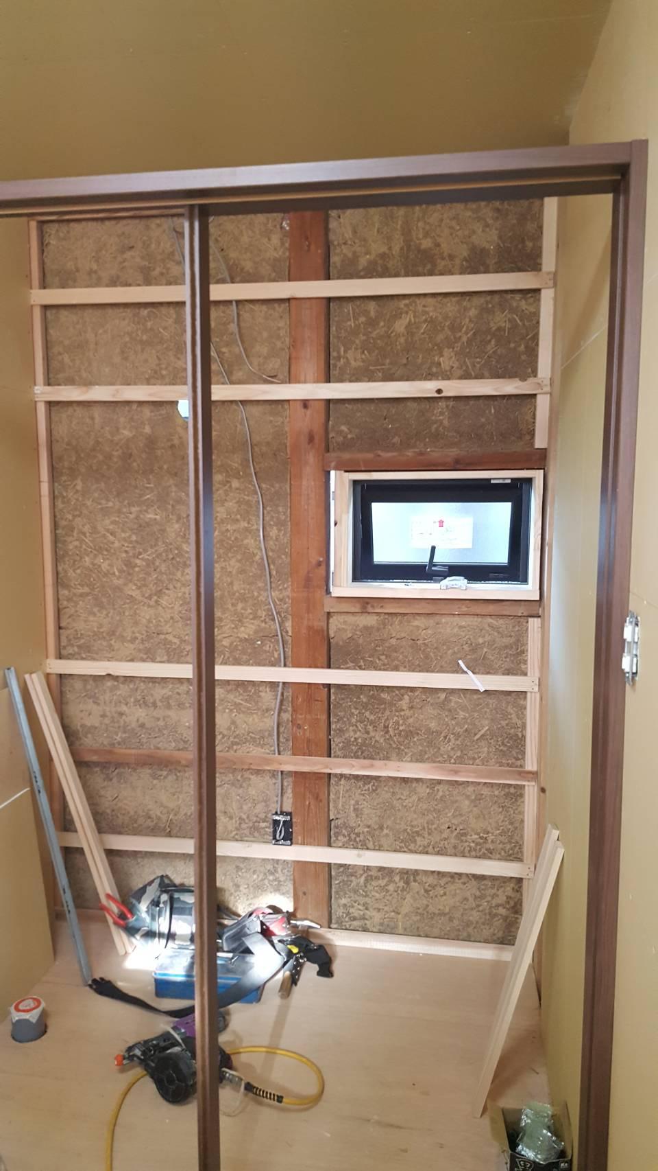 トイレ換気窓、アウトセット吊り戸用枠設置