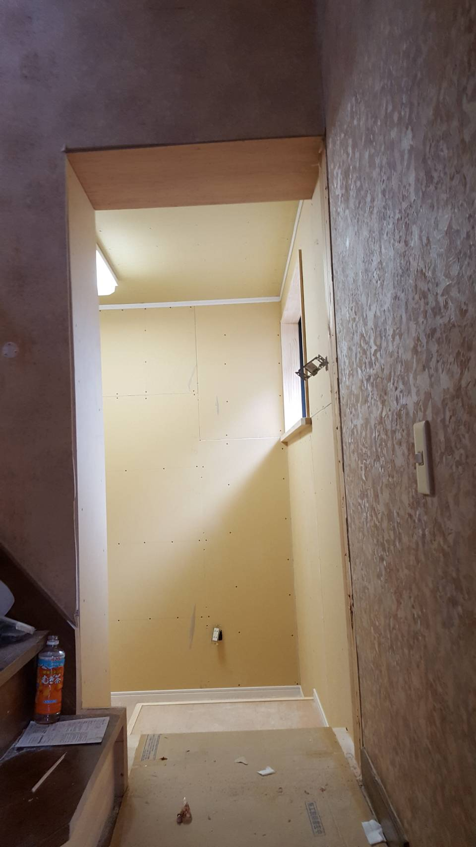 離れと納屋の外壁貫通。L型階段2段目をフラットにし渡り廊下風になりました