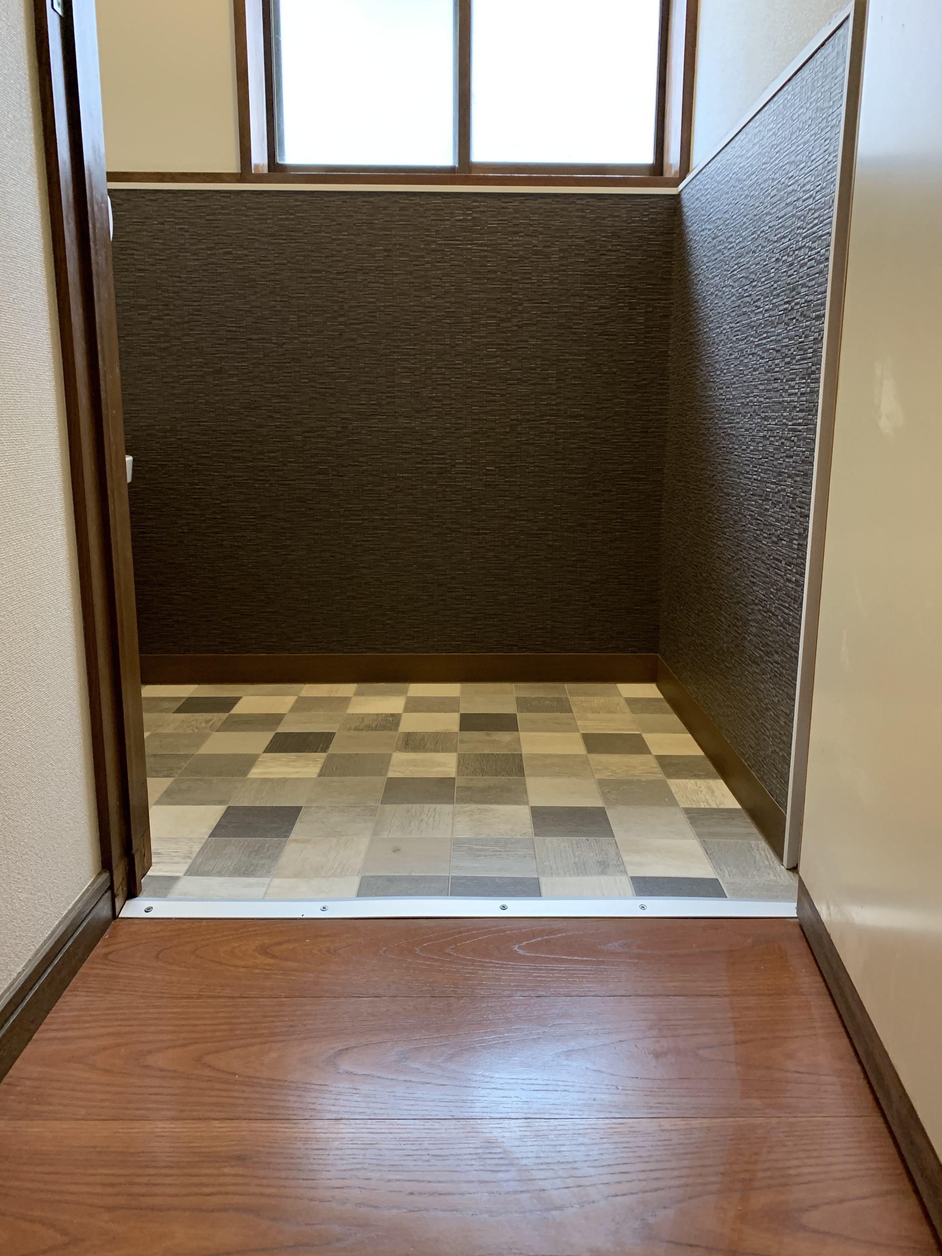廊下からトイレ床のバリアフリー化。境目にはプレートを取付