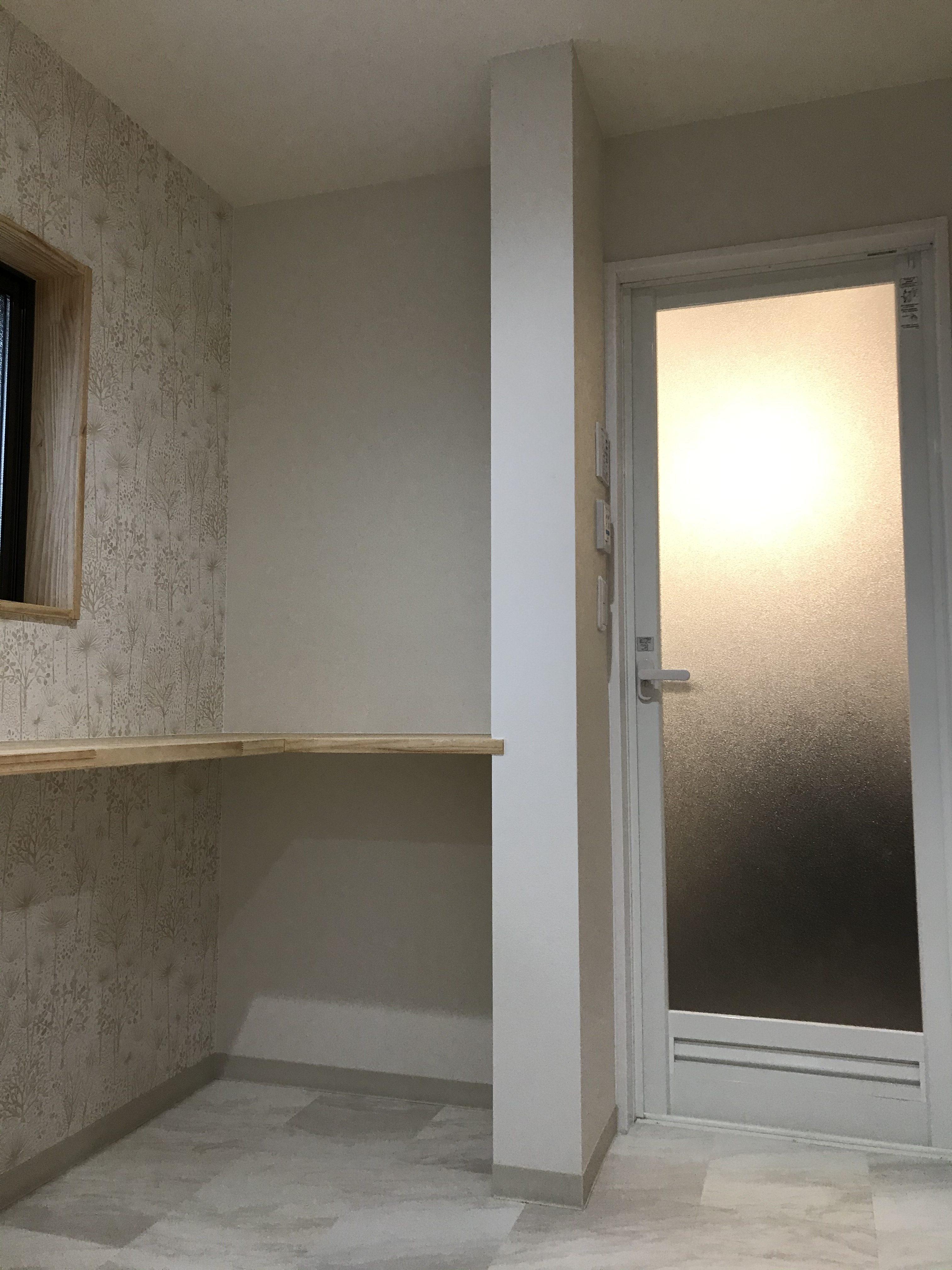 壁・天井は湿気に強いクロスを選び、床は硬く耐水性のあるフロアタイルを貼りました