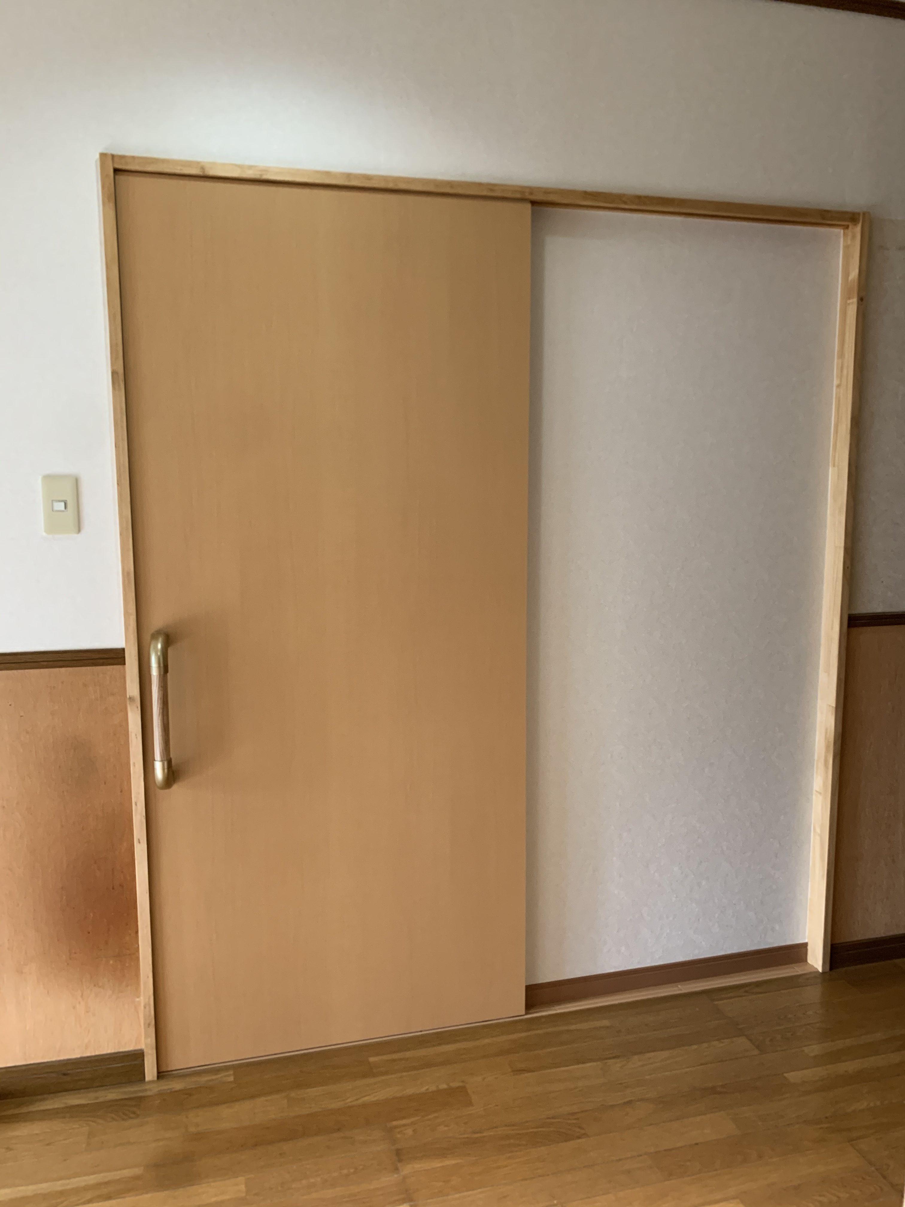 寝室入り口引戸は、つかみやすいように大きな取っ手にしました