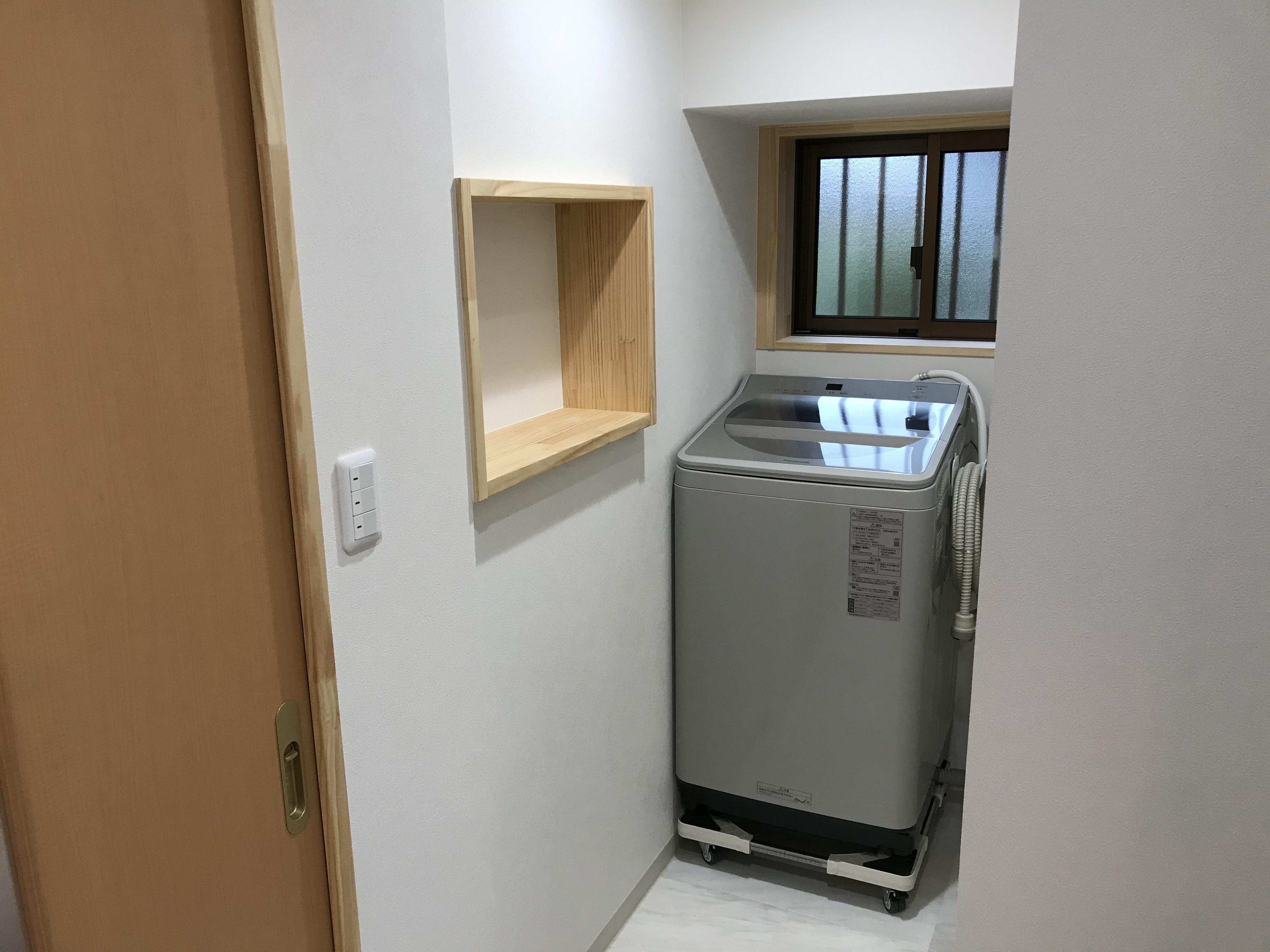 狭いスペースには、壁の厚みを有効活用したニッチを設け、洗剤や小物置きに