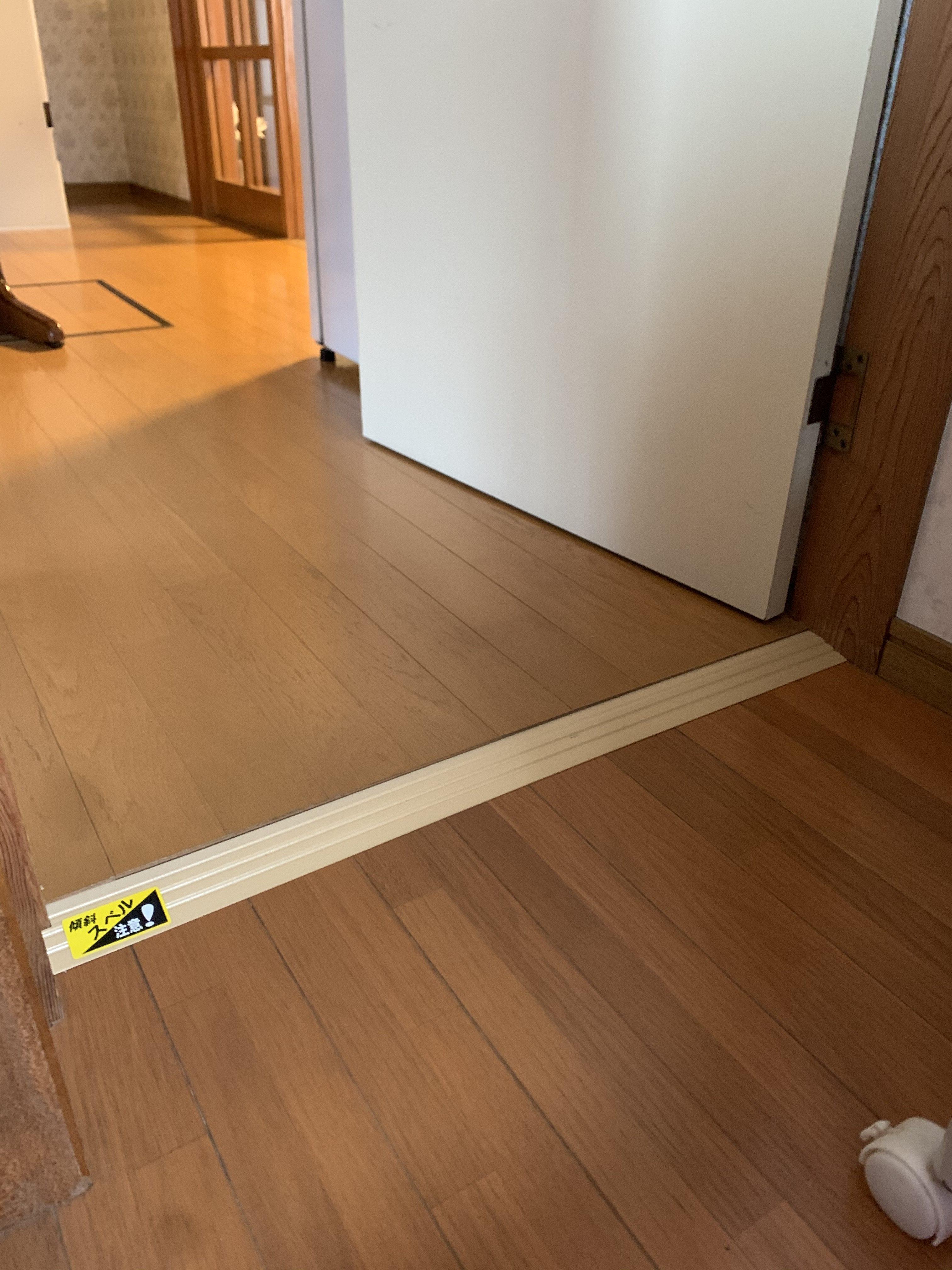 浴室へのわずかな段差には摺り寄せ板を設置して、つまずき防止