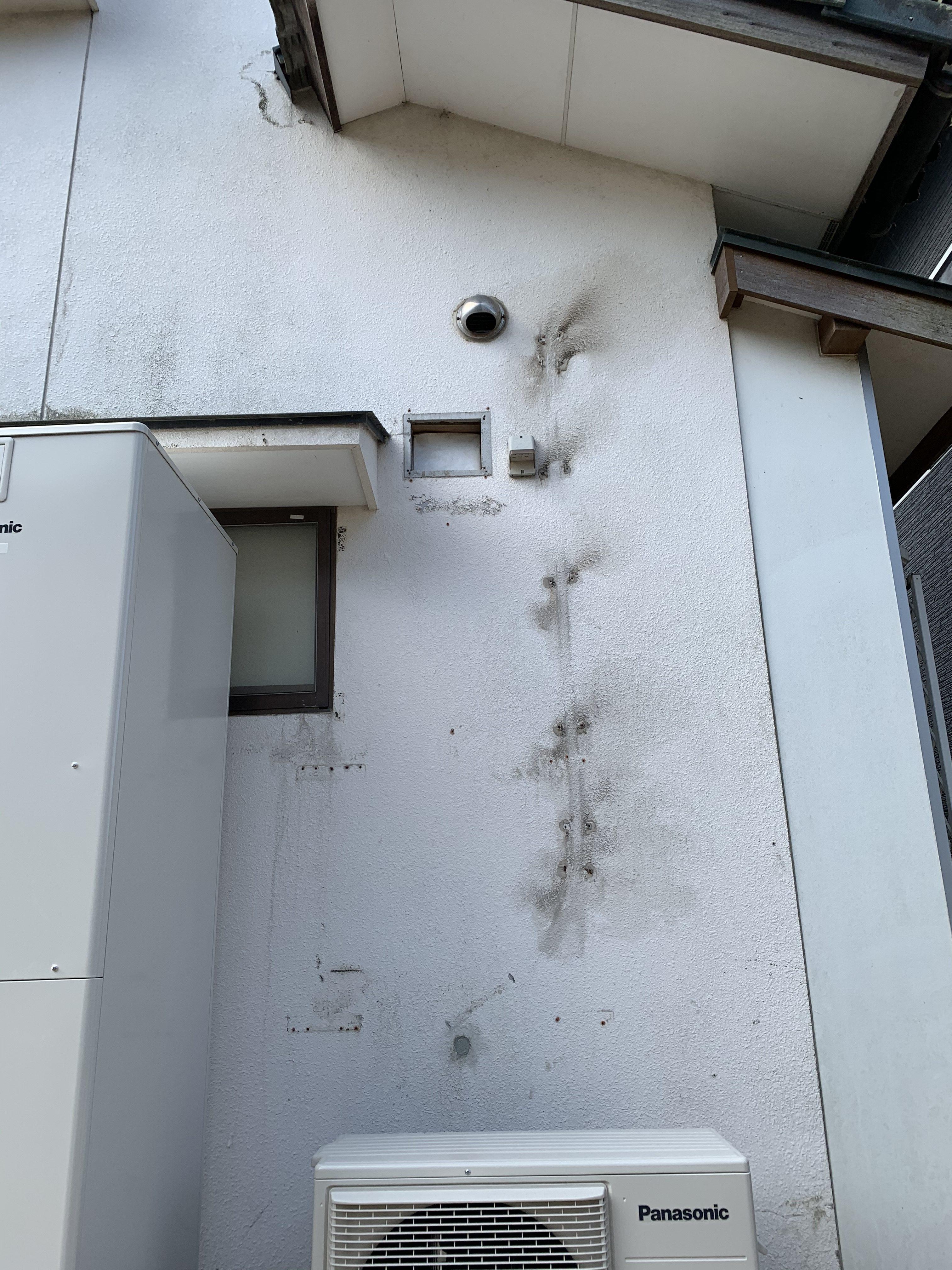 カビ汚れは高圧洗浄で、配管跡や剥がれなどはフィラーで補修