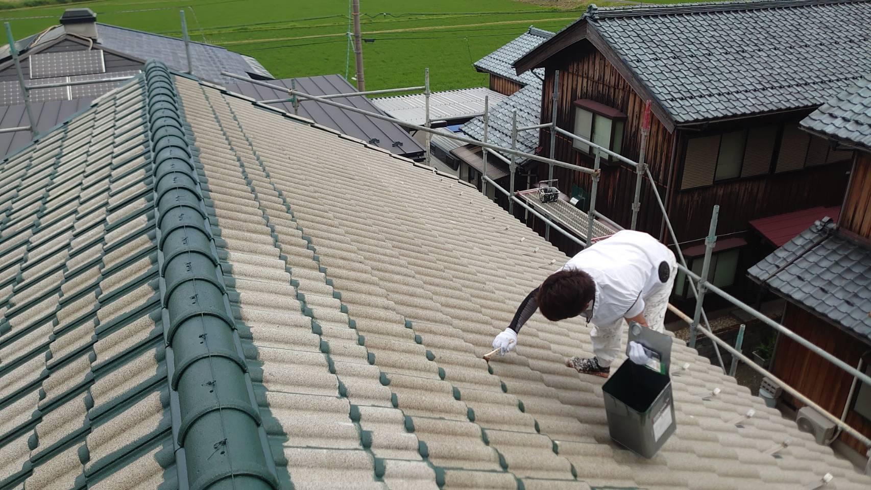 防水機能が低下したセメント瓦屋根は、下塗り・上塗りの2工程