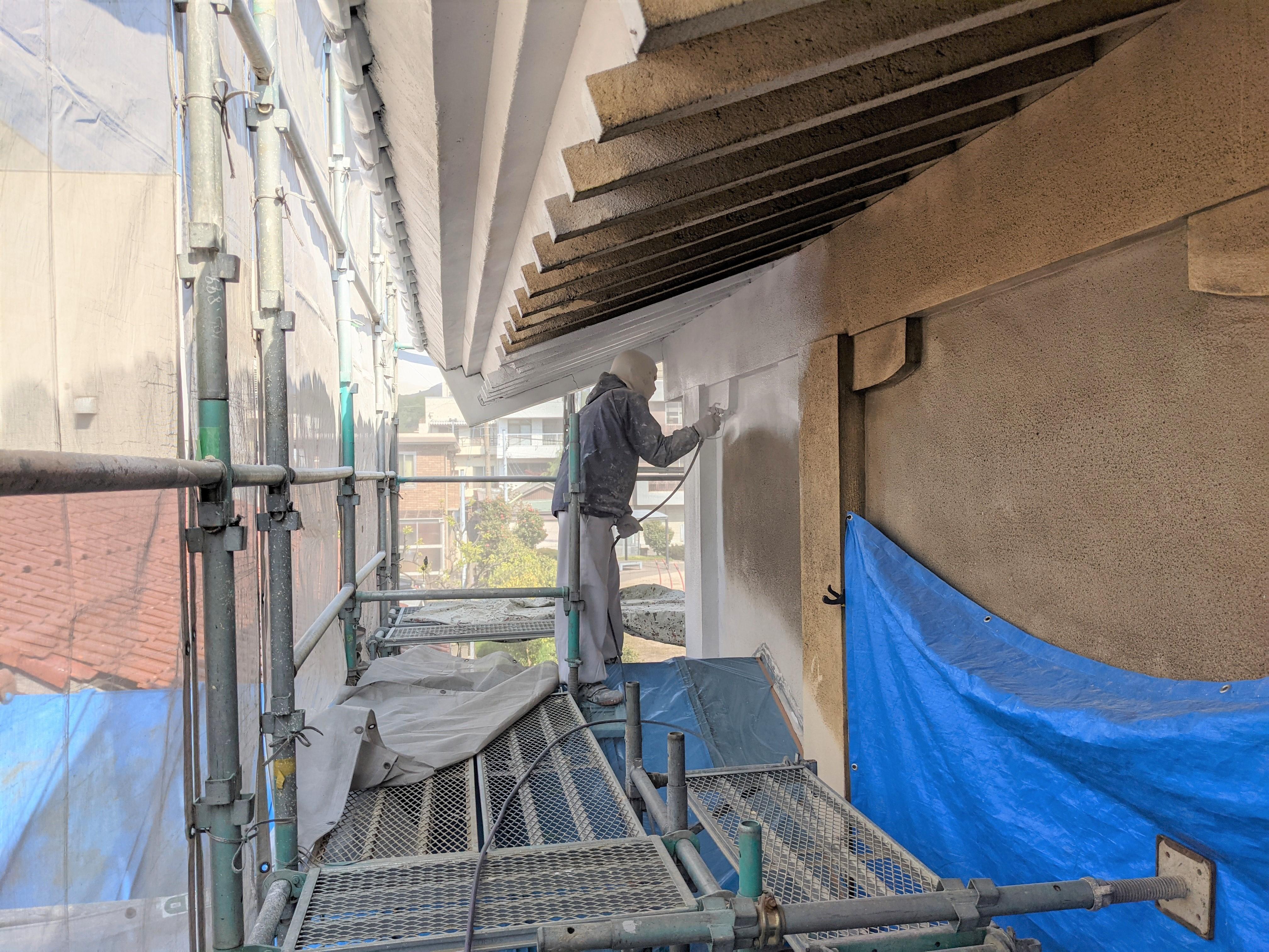 下塗り:外壁材と塗料の接着力を高める外壁塗装の最も重要な工程で、ひび割れ等補修も行います