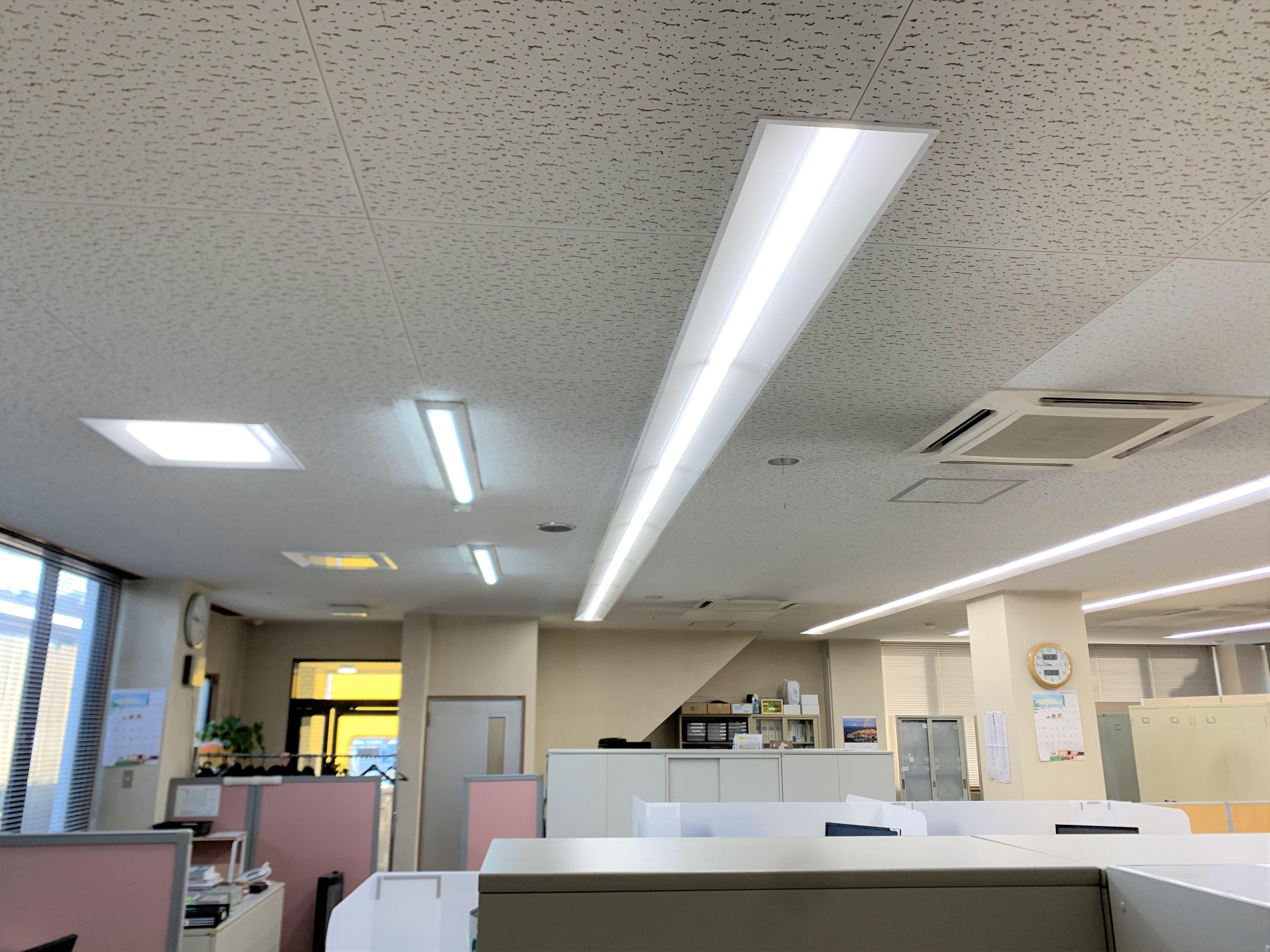 三菱ベースライト。色は、事務所に適した昼白色を選択しました