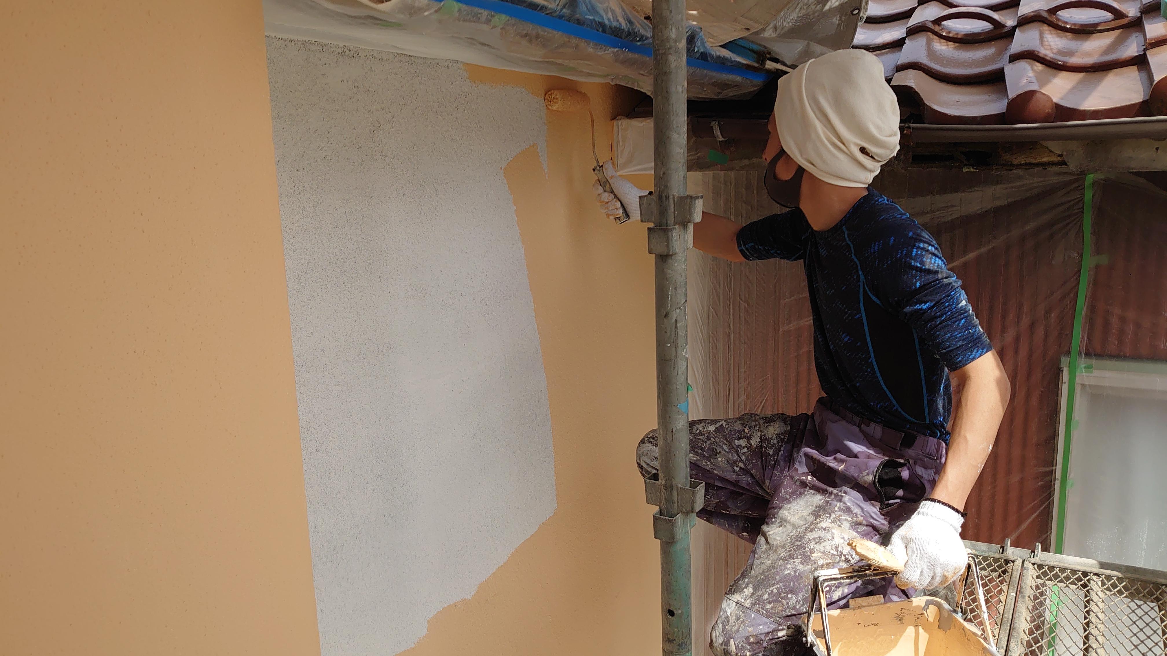中塗り:仕上塗料と密着を高める効果があり、均一な塗膜を作ります