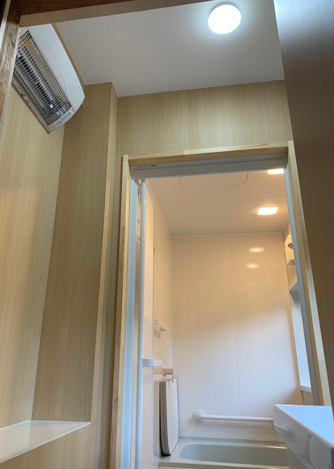 脱衣室温度のバリアフリー化のため、場所を取らない壁掛け冷暖房機を設置