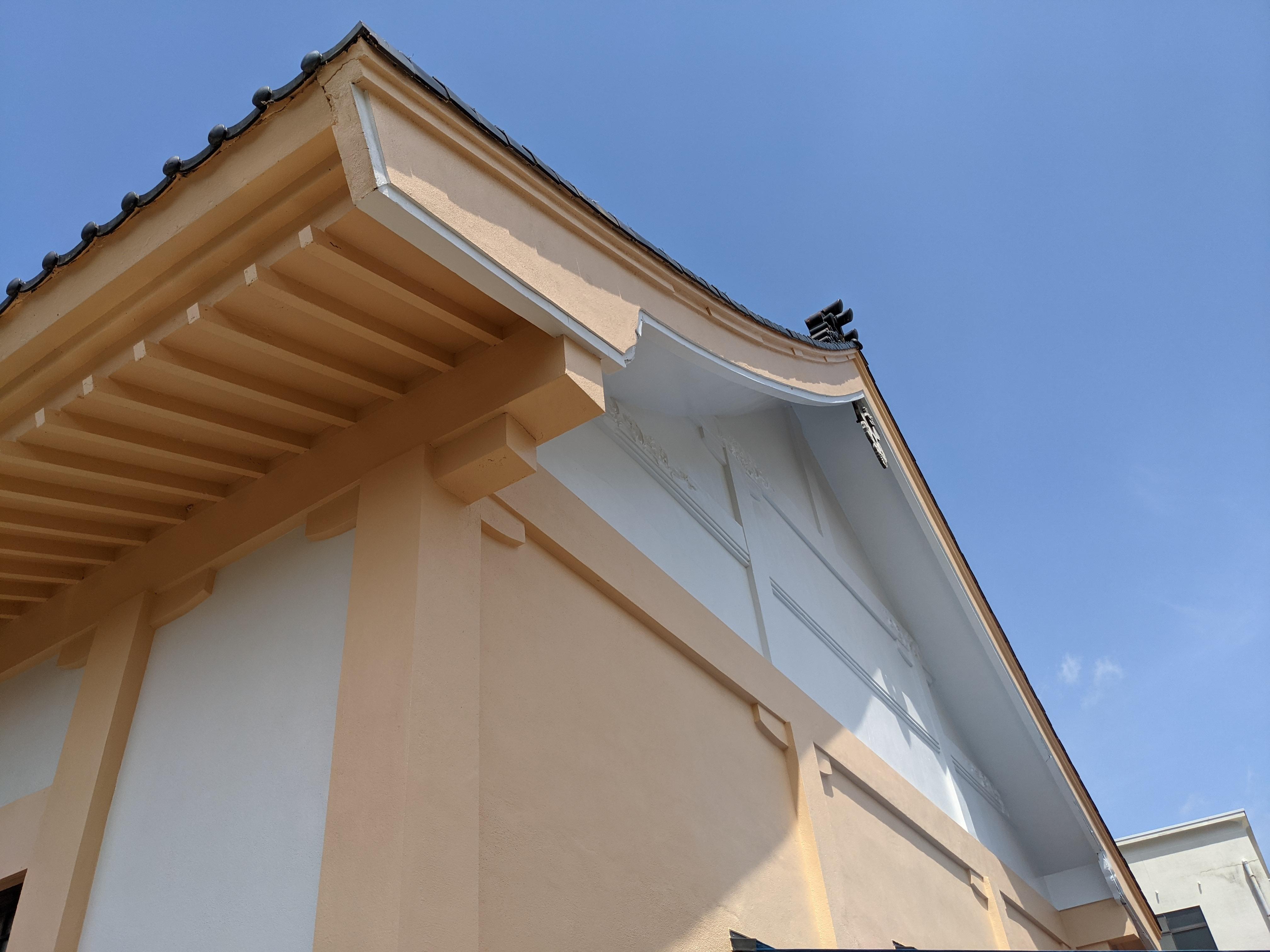 仕上げ塗:中塗りの塗膜に厚みをかけ、外壁の耐久性と美観を高めます