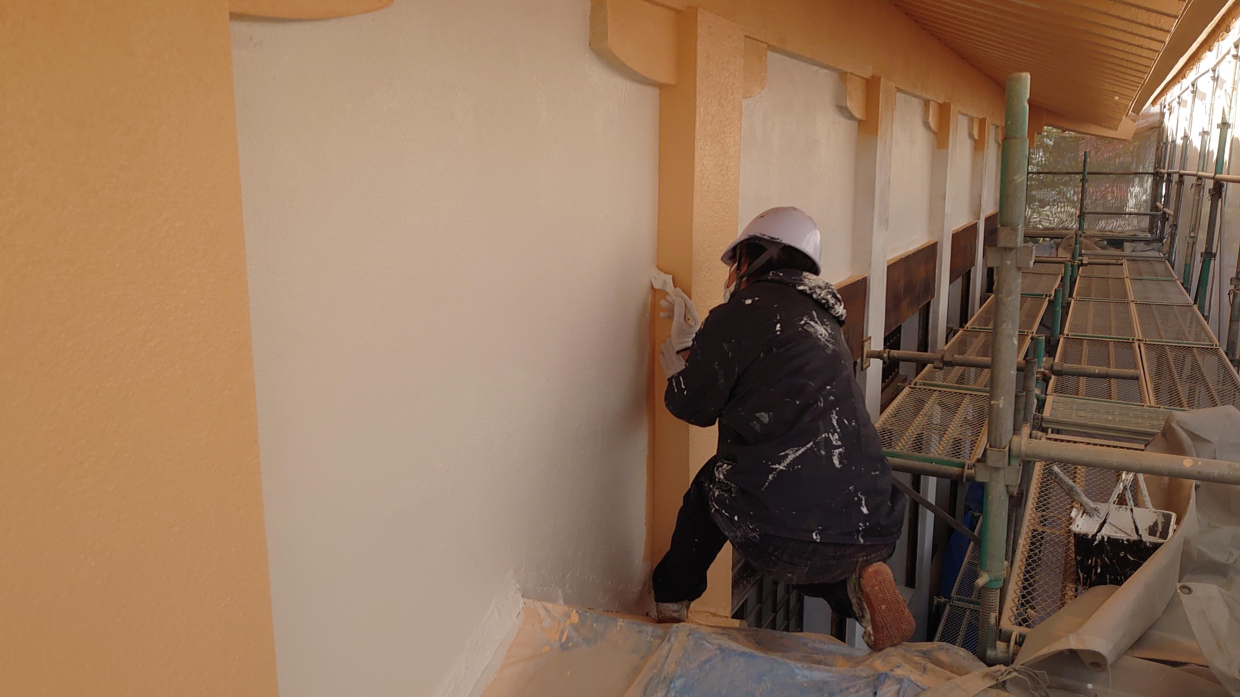 柱と壁の色の境目も丁寧に仕上げていきます