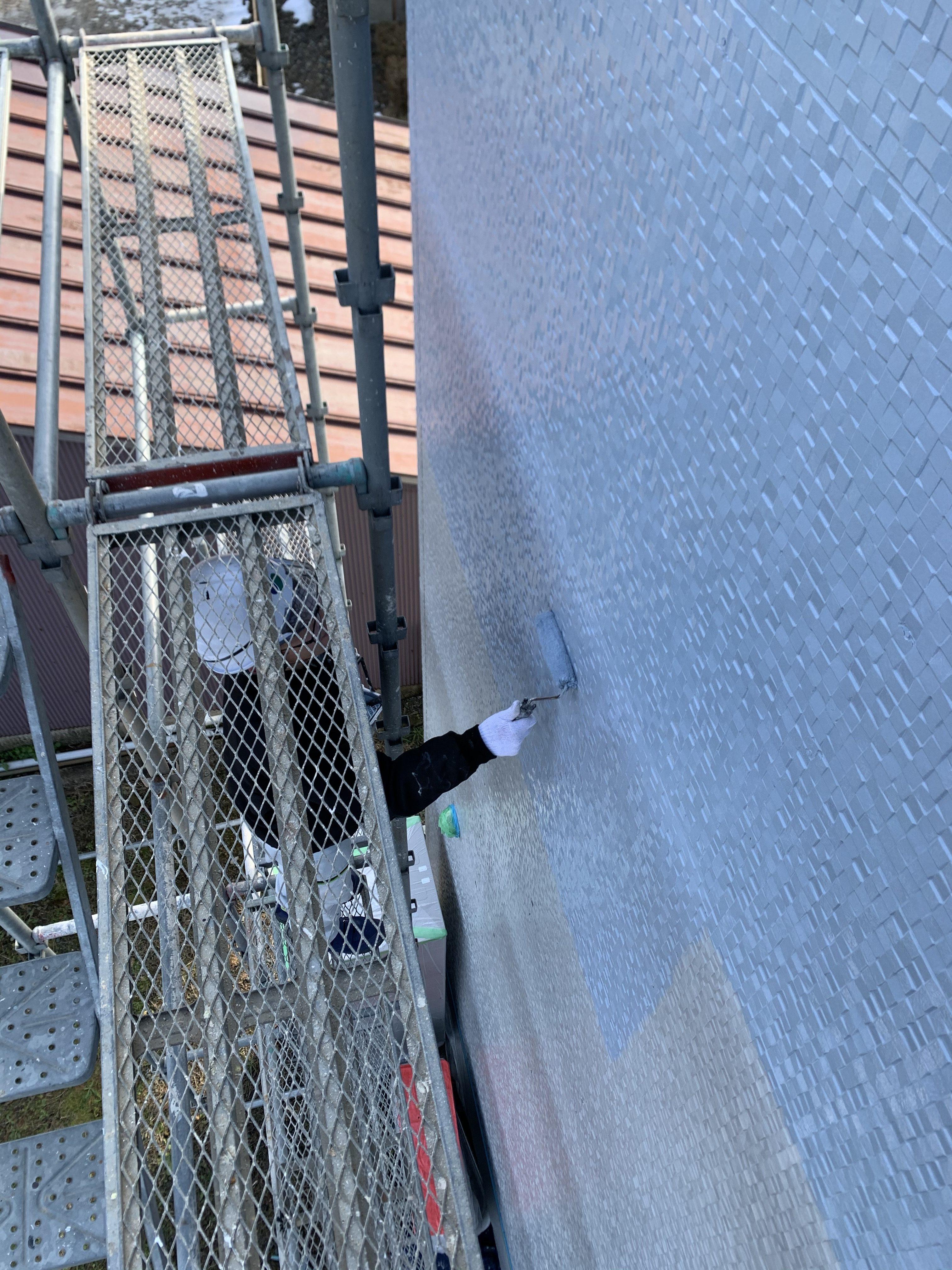 塗りムラ、液だれがない様確認しながらローラーで塗布