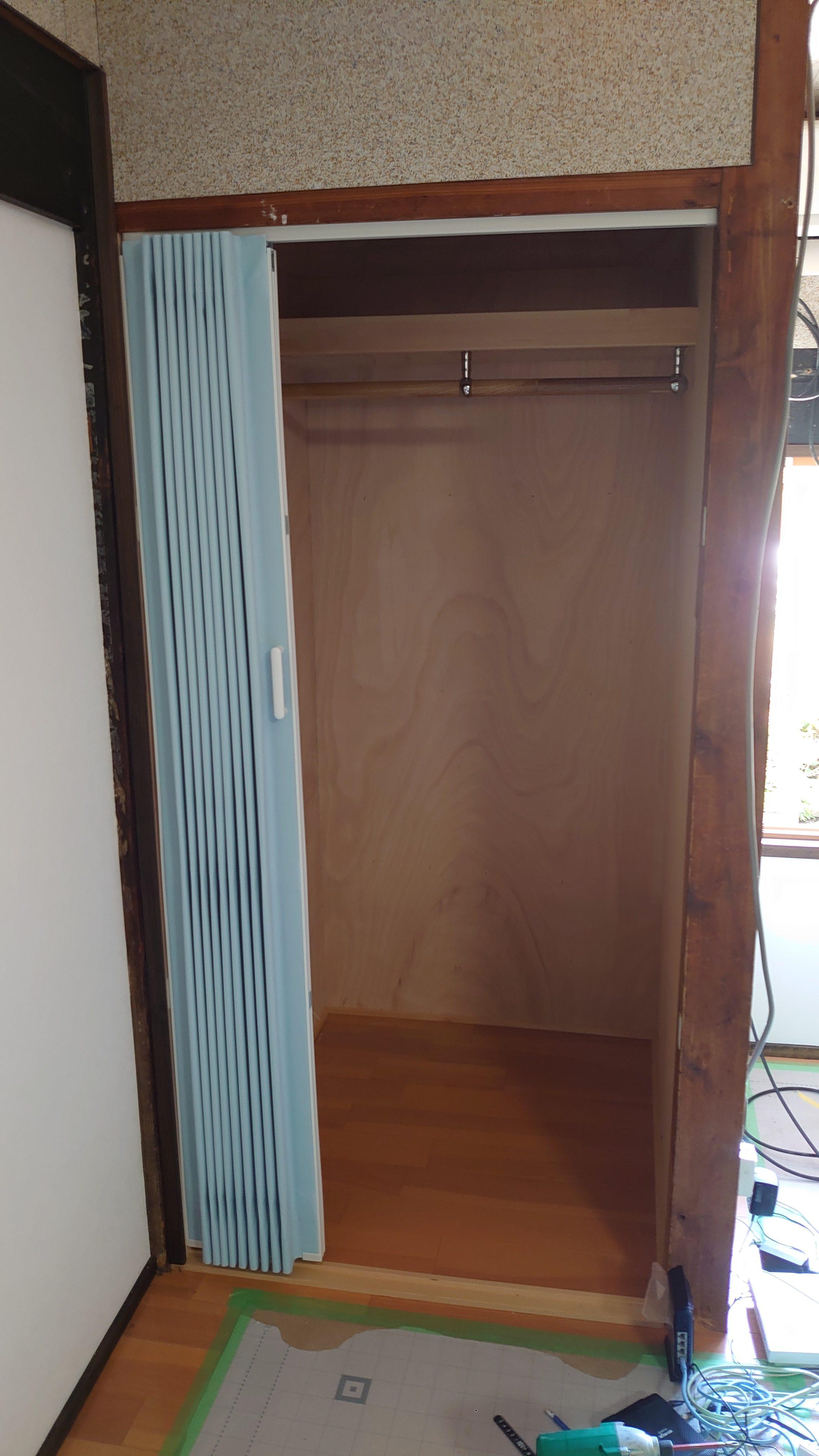 奥に入ったら取りにくくなる押入の中段は取外し、新たにポールを取付ました